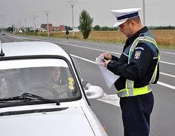 La volan, cu permisul reținut…