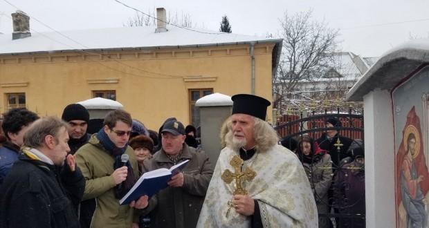 De Bobotează, mii de credincioși au participat la sfințirea apei * La Biserica Sf. Spiridon, părintele Vasile Acatrinei a sfințit apa fântânii din curte