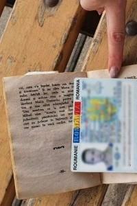 Document de identitate fals ascuns într-o carte de rugăciuni