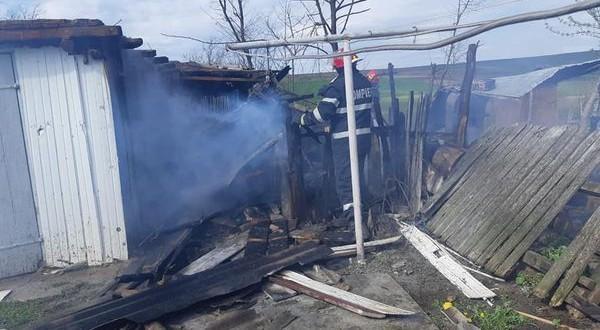 Incendiu la Hulub care a afectat două gospodării