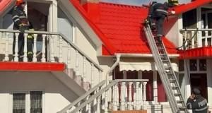 Pompierii s-au luptat peste patru ore de luptă cu flăcările, pe o căldură greu de imaginat….